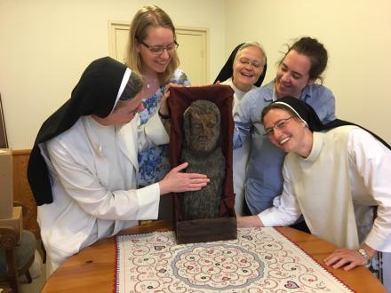 Die Gruppe empfängt den hl. Dominikus - oder umgekehrt?